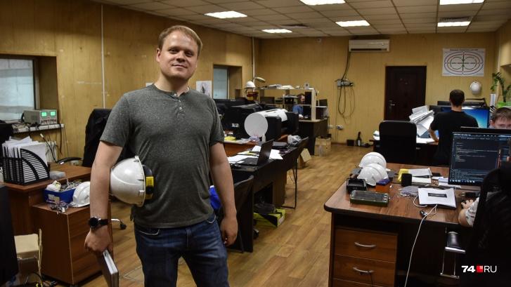 Главный конструктор Артём Танин-Шахов в отделе, где сидят айтишники: они, например, программируют блоки управления трактором