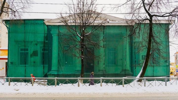 Здание пермского Благородного собрания затянули строительной сеткой. Выясняем, когда его отремонтируют