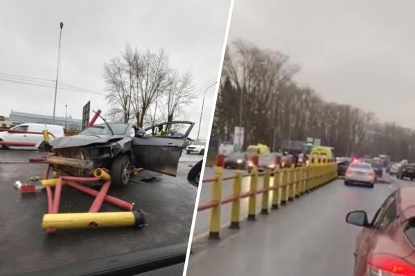 Два автомобиля пострадали очень сильно: Geely буквально собрала забор, который установлен вдоль разделительной линии