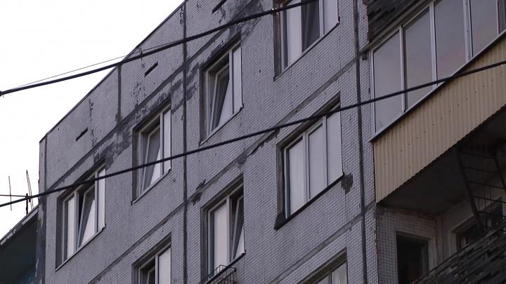 В Новодвинске девочка выпала с пятого этажа. Ее пьяная мать спала в той же комнате
