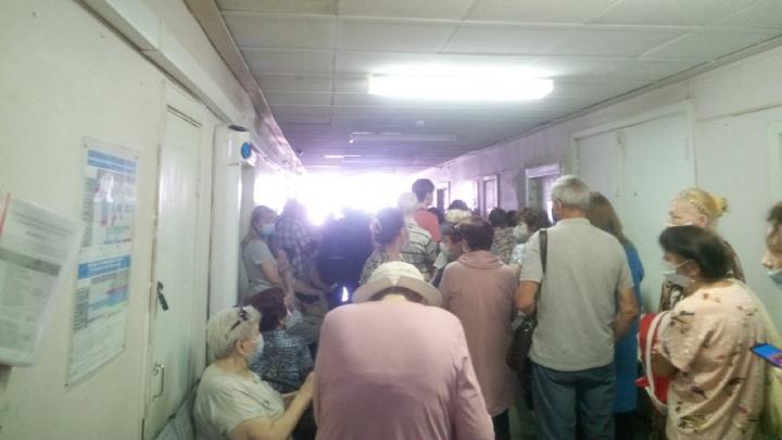 «Простояли больше часа. В коридоре царят давка и хаос»: волгоградцы жалуются на огромные очереди в поликлинике