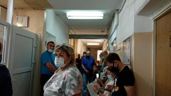 В Омске появились очереди за прививками от коронавируса. Что произошло и хватает ли вакцины?