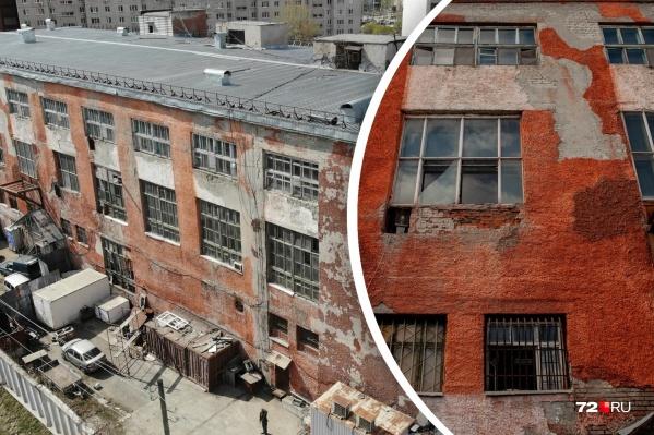 Большое здание бывшего советского хлебокомбината давно требует ремонта