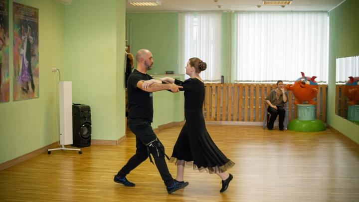 Как два красивых сибиряка учат танцам особенных детей (один из них — испытатель военной техники)