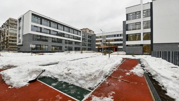 Рассматриваем новую школу на Уралмаше, которую ждали семь лет