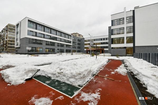 Новое здание стоит на месте старой школы сталинской постройки, которую снесли в 2017-м