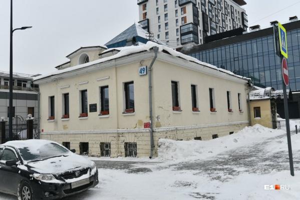 Памятник находится рядом с жилым домом «Кандинский»