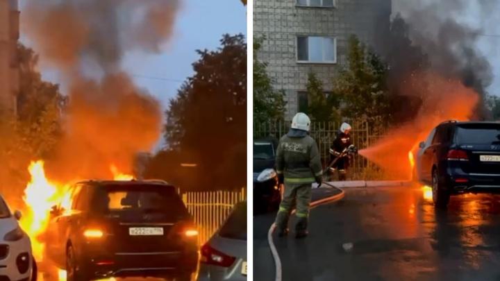 В Екатеринбурге загорелся Mercedes с «блатными» номерами. Внедорожник принадлежит бизнесмену из Азербайджана