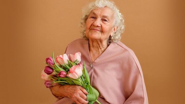 «Женственность с возрастом не проходит»: 83-летняя челябинка попала на страницы мирового журнала о моде