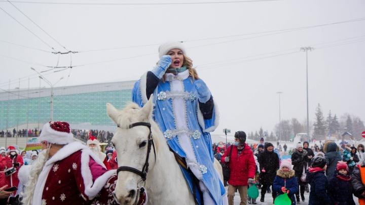 «Лошадь в шоке, ну, если честно, я тоже». Анна Семенович— о параде Снегурочек в Уфе