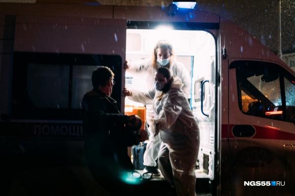 Тяжелому пациенту, которому медики пытаются спасти жизнь с помощью митинга, подвозят кислород