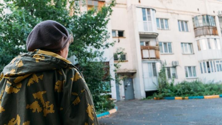 В центре Омска топит дом 90-х годов постройки, от которого отказались управляющие компании