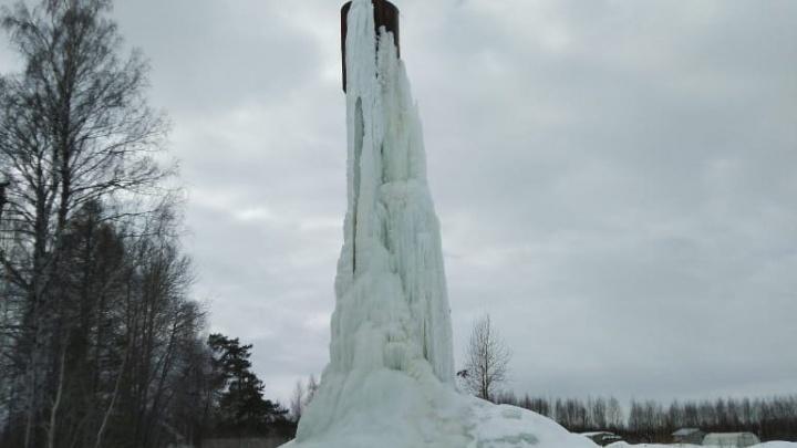 Дети играют на леднике: в Ярославской области водонапорная башня превратилась в замершую глыбу