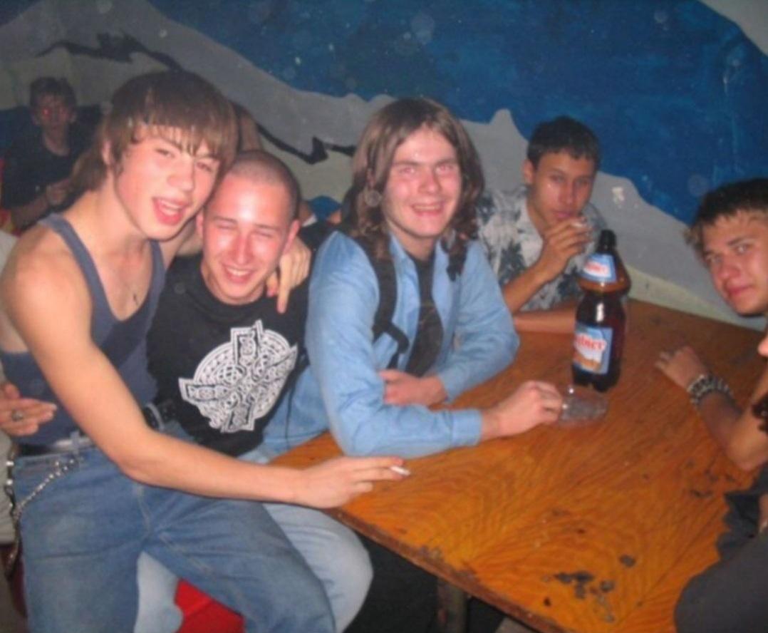 Фёдор Белогай (слева) в компании своих бердских друзей