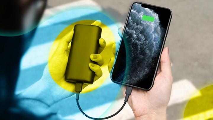 Отключаются, не дожив до вечера: как зарядить телефон без розетки и оставаться на связи до 5 дней