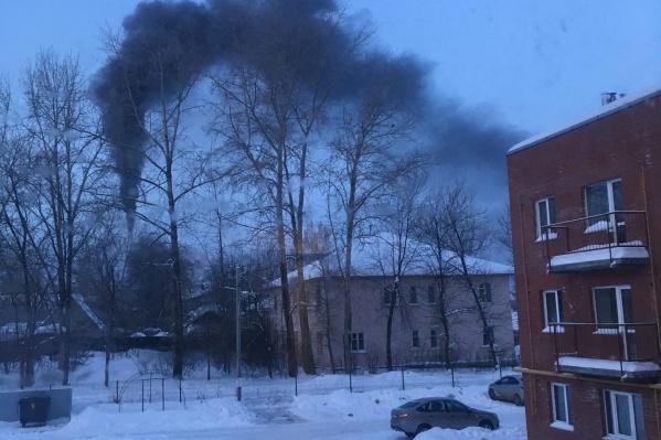 Черный дым валит из трубы котельной