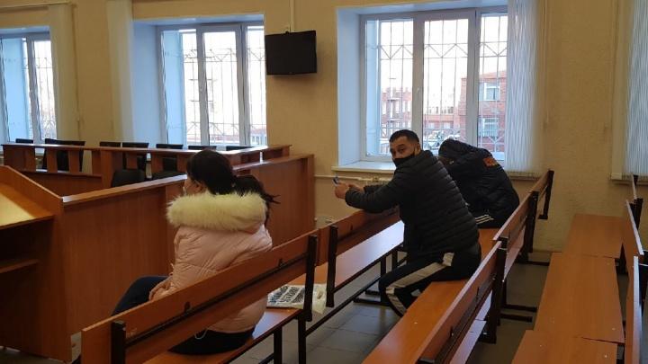 Главарь банды омских сутенеров сломал лавочку в суде