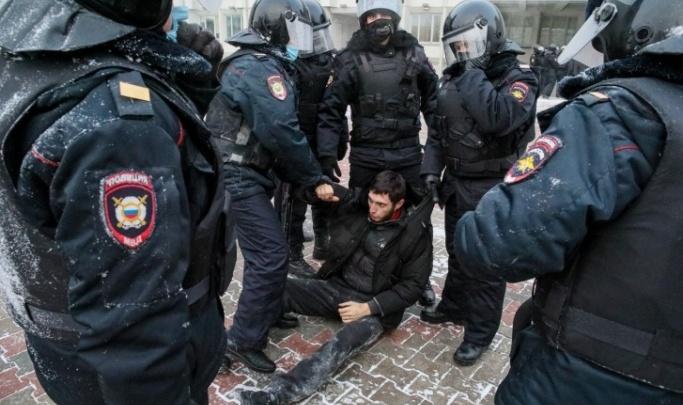 В Красноярске вынесли приговор парню, который на митинге за Навального бросил бутылку в полицейского