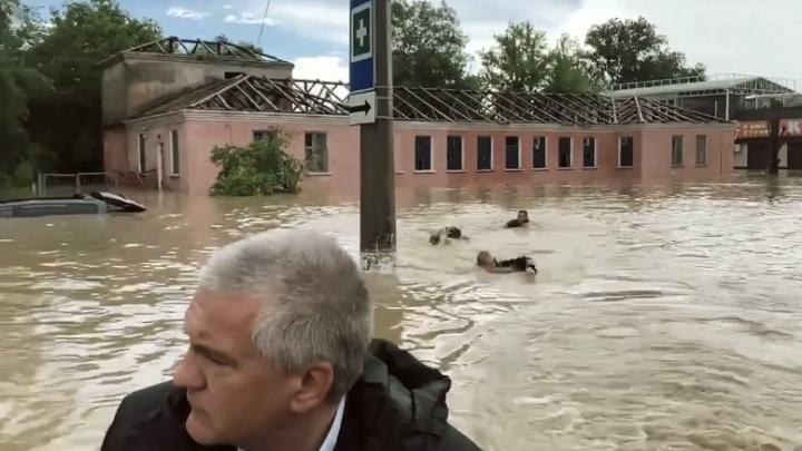 В затопленной Керчи за лодкой главы Крыма плыли трое мужчин. Кто эти люди