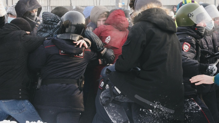 «Хотел помочь упавшему полицейскому»: участника акции протеста в Челябинске арестовали на 13суток