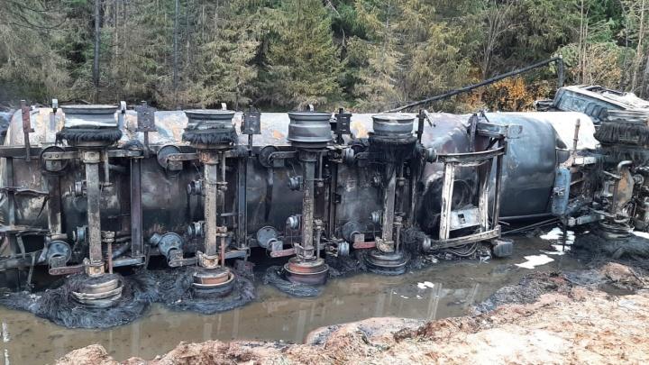 В Лешуконском районе перевернулся бензовоз с топливом — оно вылилось и загорелось
