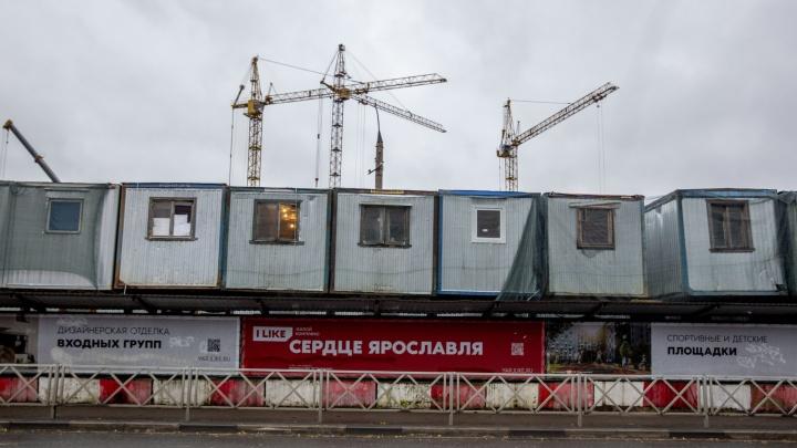В Ярославле к застройщику на месте депо придут с проверкой из-за свисающих над головами прохожих бытовок