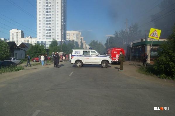 """Из-за пожара перекрывали движение, также временно не ходил <nobr class=""""_"""">11-й трамвай</nobr>"""