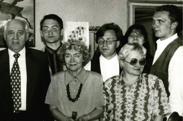 Виктор Белимов (второй слева) с Михаилом Горбачёвым