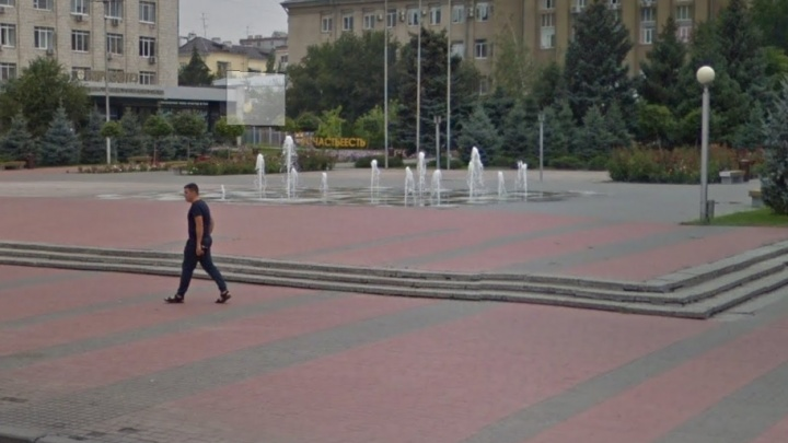 Его просто сломали: в Волгограде пересох сухой фонтан на площади Советской
