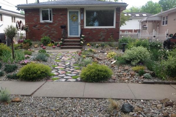 Мудрить с садовыми дорожками совсем не обязательно, можно сделать просто, и будет стильно