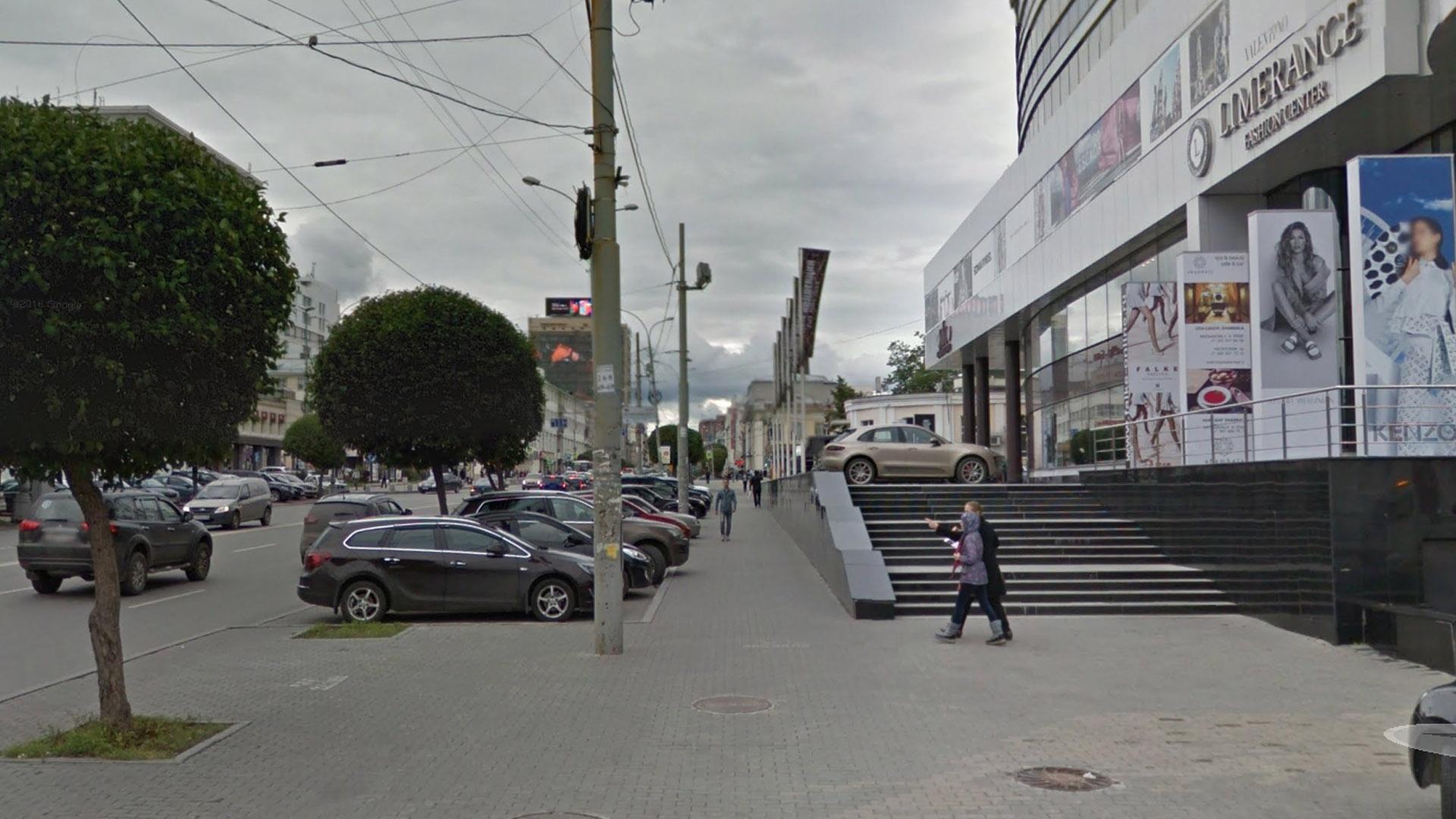 Сужающая тротуар парковка около ТЦ Limerance