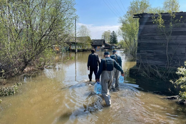 Спасатели помогают местному населению, обеспечивают его питьевой водой