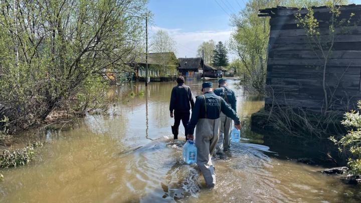 Вода в затопленных районах Красноярского края до сих пор не ушла. Спасатели продолжают работать