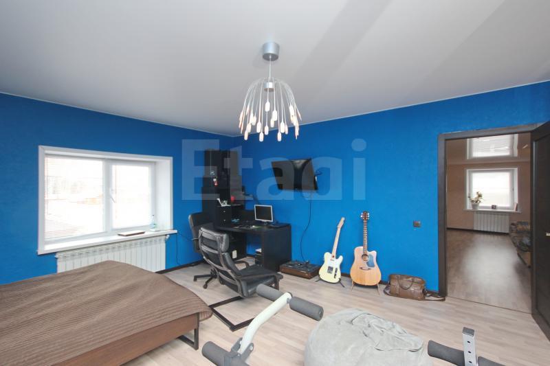 Это все-таки спальня, и, помимо спортивных снарядов, тут есть еще компьютерный стол и музыкальные инструменты