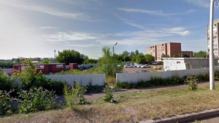 Красноярская фирма завладела огромным участком земли, пообещав построить спорткомплекс. Там появилась стоянка
