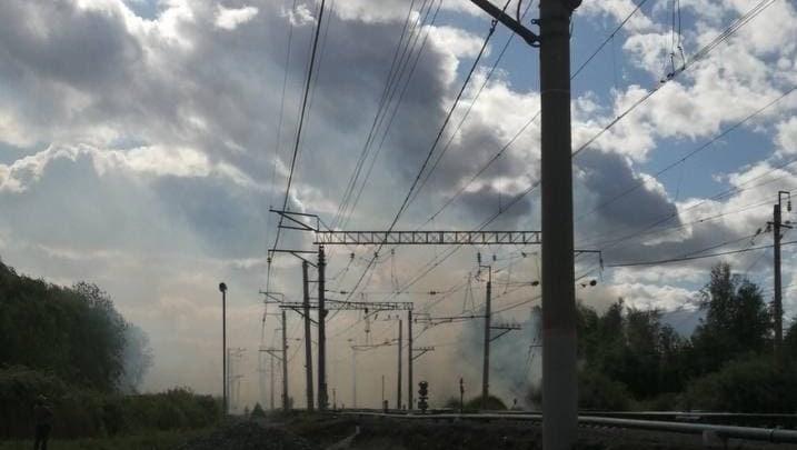 Под Тюменью у железнодорожной станции горит гектар травы