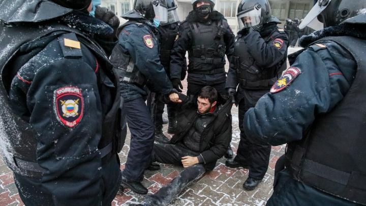 Участник митинга в Красноярске нанес полицейскому травмы головы, кинув бутылку газировки