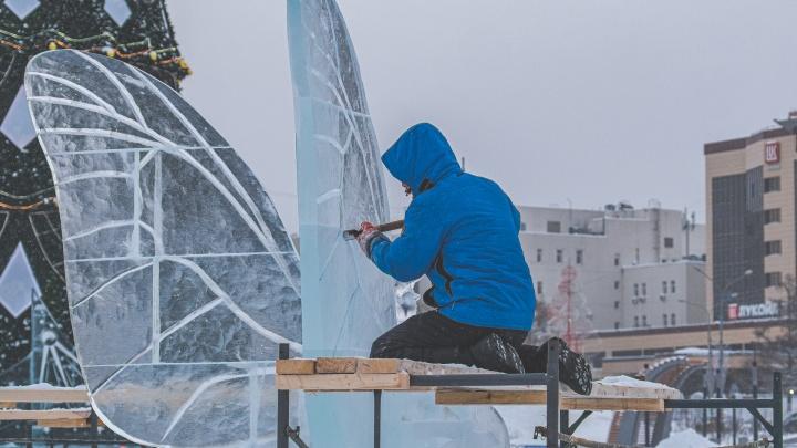 От хрупкой бабочки до доширака: участники Кубка России создают ледовые скульптуры на эспланаде в Перми. Фото
