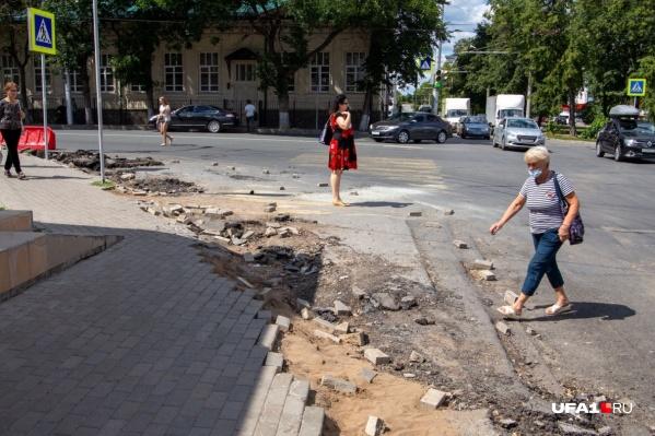 По словам чиновников, сложность работ заключается в том, что нельзя остановить автодвижение