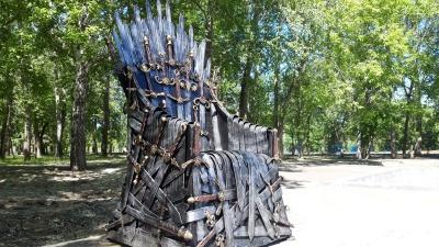 «К нему нужен дворец с драконами»: в курганском ЦПКиО установили трон из «Игры престолов»