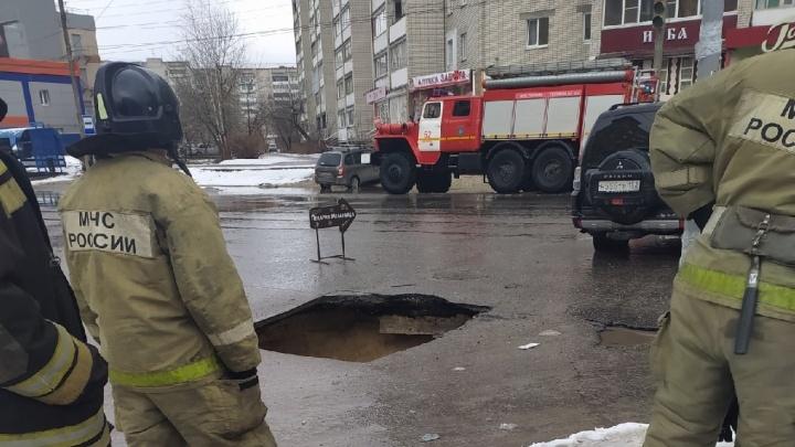 Асфальт провалился на дороге в Дзержинске. Машина чудом не попала в яму