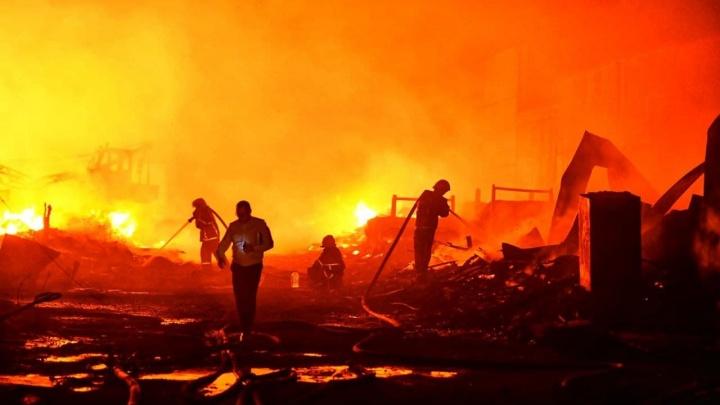 Сгорели склады, гаражи и садовые домики. Пожарные локализовали пожар площадью 2500 кв. м в Екатеринбурге