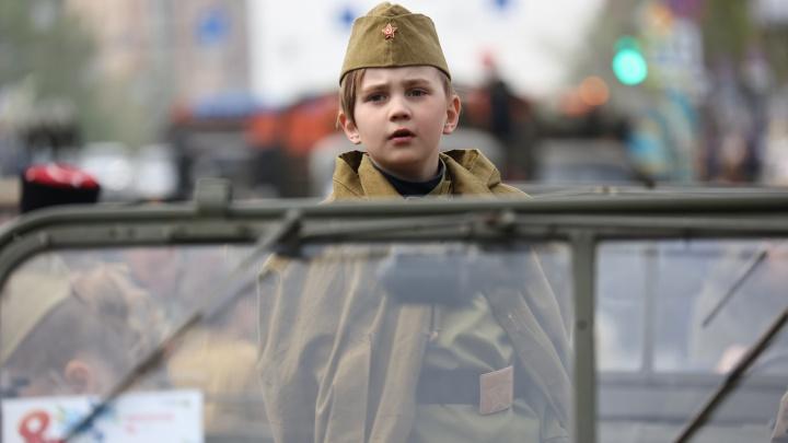 Аплодисменты ветерану, цветы и полк на площади: самые яркие фото парада Победы в Челябинске