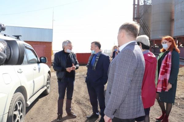 Глава Омского района Геннадий Долматов (в центре) встретился с предпринимателями и жителями поселения