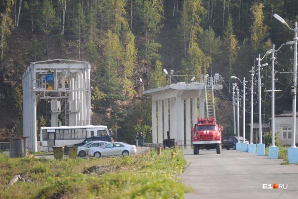 Чтобы попасть в поселок, машинам спецслужб приходится стоять в пробках