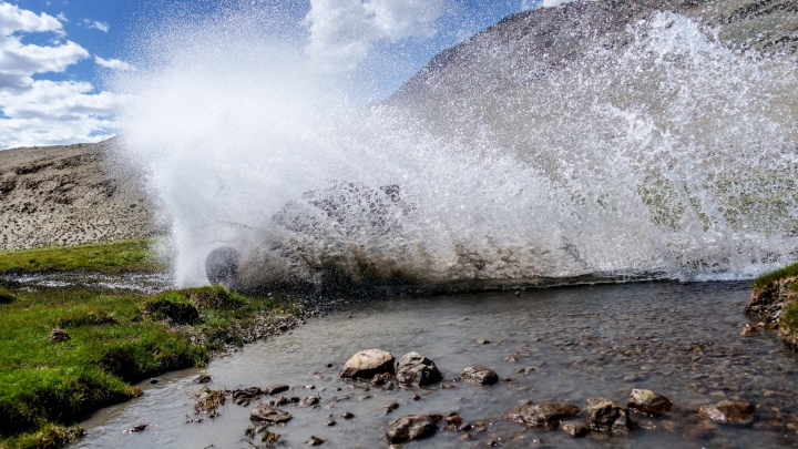 «Вода зашла через машину сверху»: гонщик Сергей Карякин лидирует на ралли «Шёлковый путь»