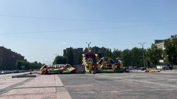 На площади Первой Пятилетки, где Покрас Лампас нарисовал огромный крест, установили батуты