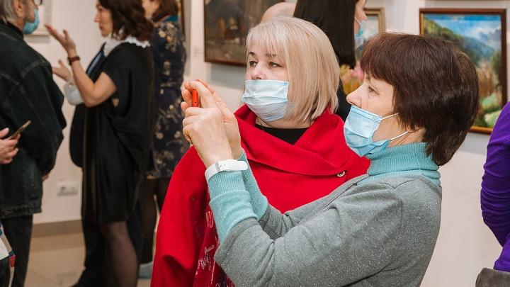 В Перми открылась передвижная выставка «Заповедное Прикамье», которую художники создавали весь год