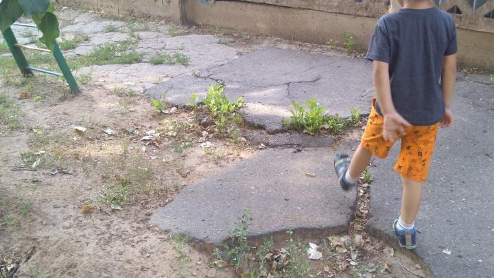 «Боимся, что дети сломают ноги»: родители просят сменить асфальт в детсаду рядом с домом мэра Волжского