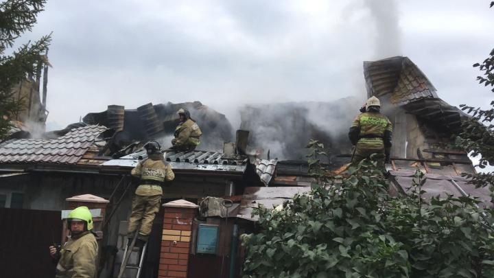 «Две многодетные семьи остались без крыши над головой»: пугающий пожар на улице Бронной попал на видео